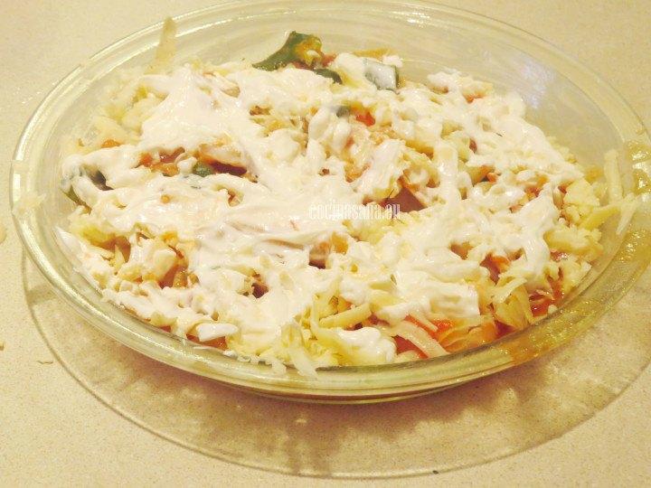 Añadir la crema al molde con el resto de los ingredientes y hornear a 180°C hasta que se gratine el queso o gratinar en horno microondas
