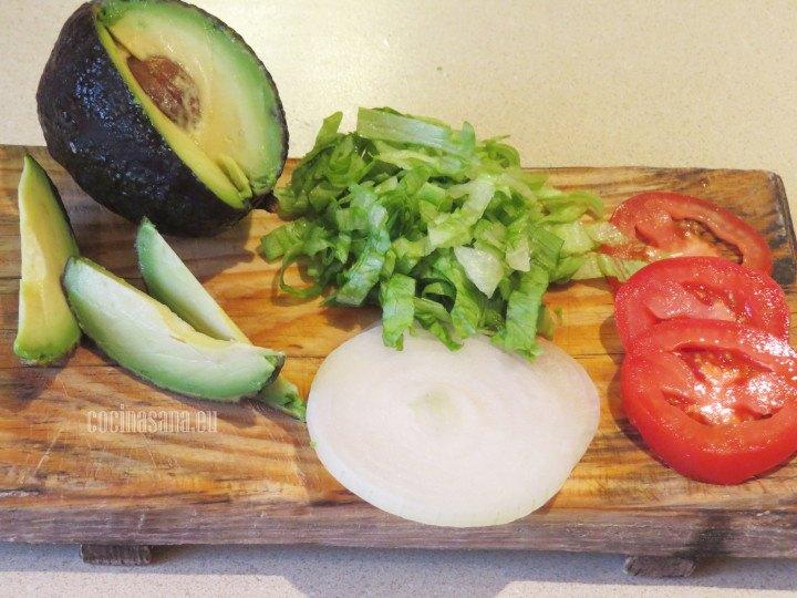 Picar las verduras y servir con las enchiladas rojas, colocar los ingredientes que más te gusten