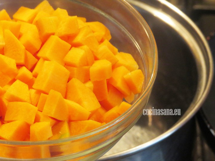 Cocer la zanahoria en agua hirviendo con sal, alrededor de 5 a 8 minutos hasta que se suavicen, pasar por agua fría.