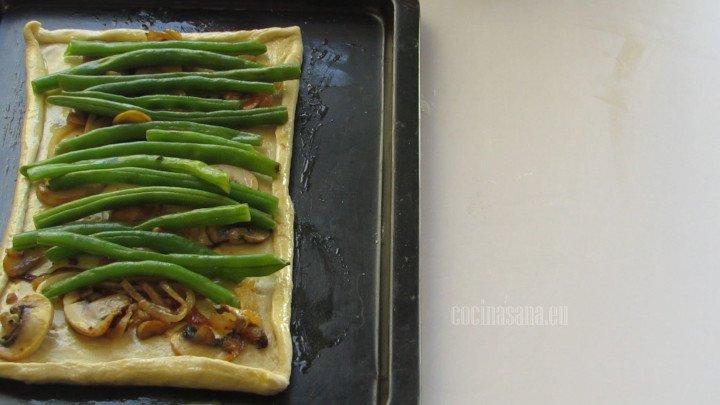 Colocar los ejotes, pimienta y paprika sobre capa de cebolla y champiñones coloca los ejotes de forma horizontal