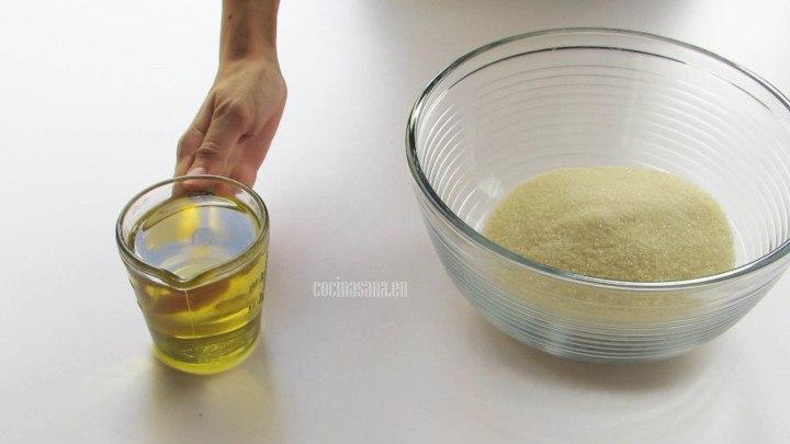 Batir el aceite con el azúcar hasta que se incorpore y tenga una consistencia uniforme.