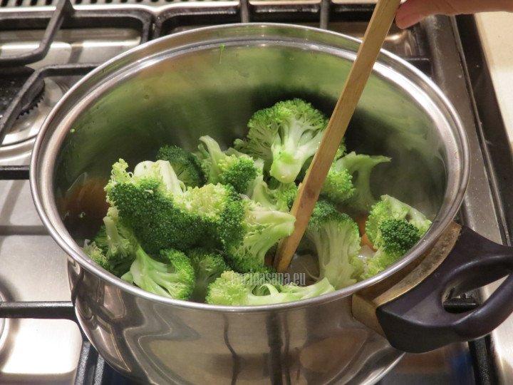 Añadir el la zanahoria y el brócoli para saltear ligeramente con un poco de mantequilla o aceite hasta que queden ligeramente dorados.