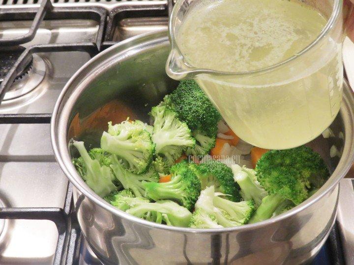 Agregar el consomé de pollo o verduras y dejar cocer las verduras hasta que se suavicen, añadir sal o pimienta para condimentar