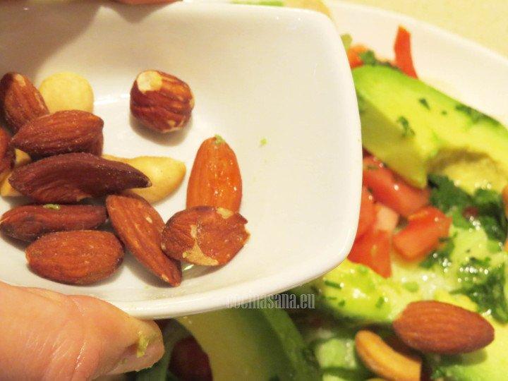 Añadir las almendras a la ensalada o los frutos secos para darle textura y sabor a la preparación