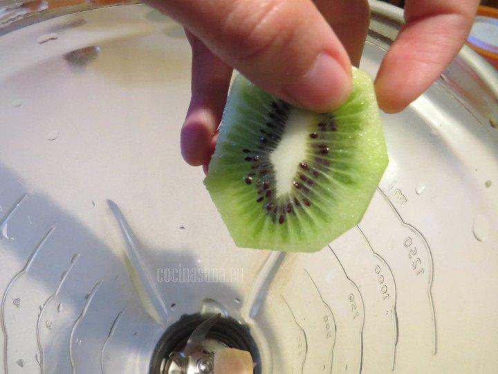 Licuar con el resto de los ingredientes el kiwi hasta que esté perfectamente integrado
