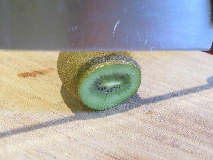 Pelar y cortar el kiwi para licuar con el resto de los ingredientes