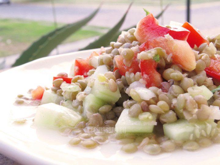 ensalada de lentejas servida con vinagreta con aceite de oliva y limón.