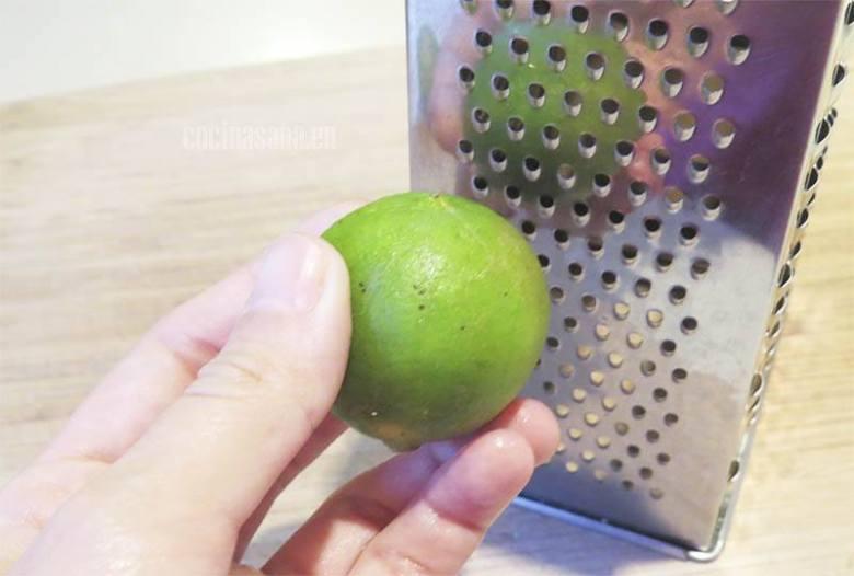 Obtener la ralladura del limón y la naranja para preparar el jugo o batido
