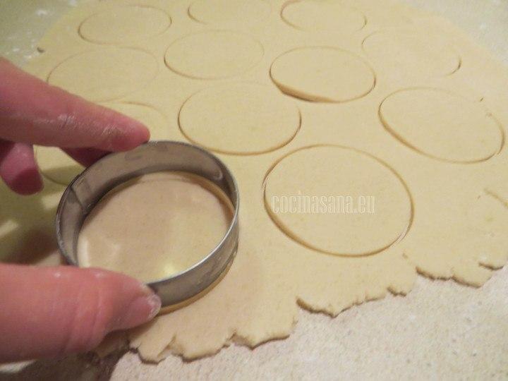 Extender y cortar las galletas con ayuda de un cortador redondo o cualquier otra figura que tengas para preparar las galletas.