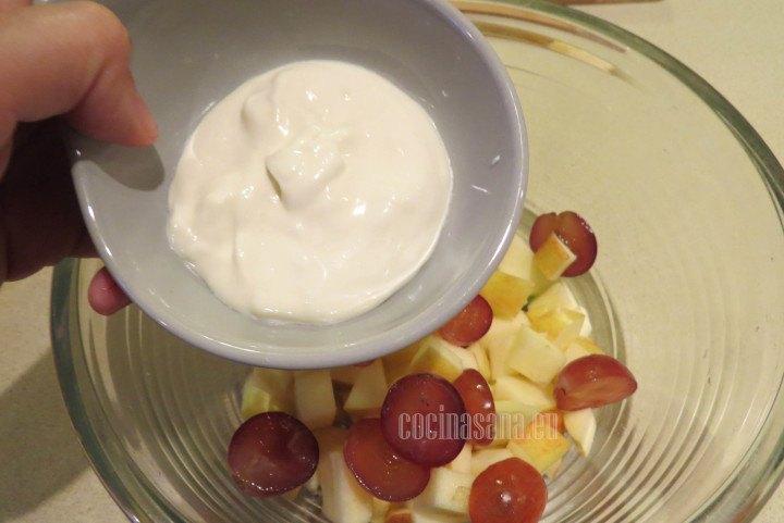 Agregar la Crema y Mayonesa y mezclar hasta integrar para preparar la ensalada