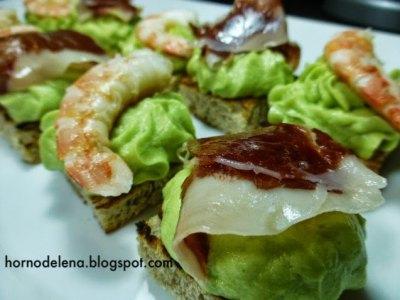 Tostadas de aguacate, Riquísimos canapés de tostadas de pan con tomates secos, cubiertas de aguacate con mantequilla y jamón ibérico y langostinos