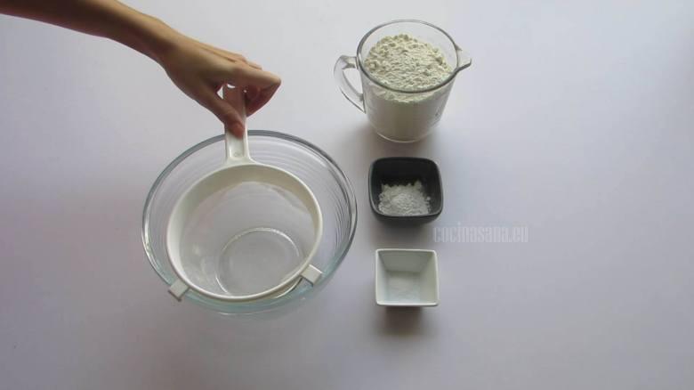Cernir los Ingredientes Secos en un recipiente y mezclar poco a poco para incorporar todos los polvos