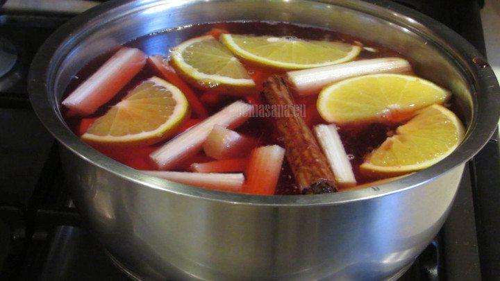 Calentar el ponche para que comiencen a mezclarse los sabores