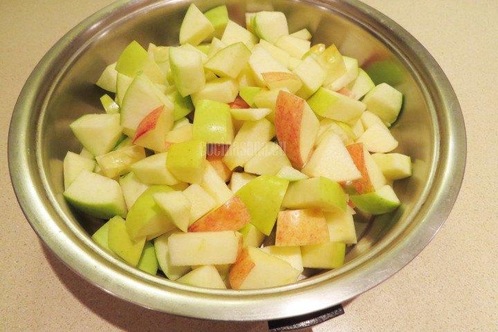 Colocar la Manzana en una cacerola para preparar la mermelada.