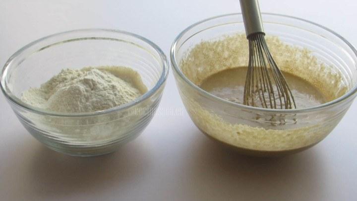 Mezclar los Ingredientes Secos en la preparación con el huevo