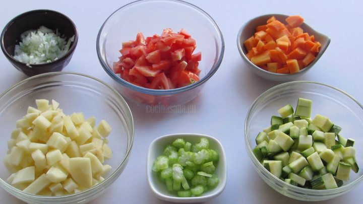 Picar las verduras finamente para añadir a la sopa
