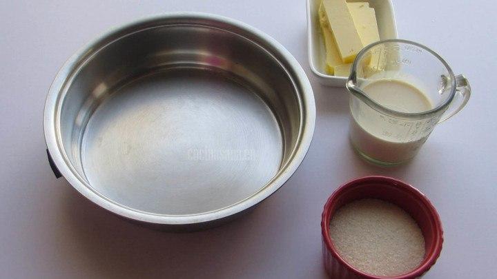 Preparar un glaseado ligero o un jarabe para servir con el pan de frutas