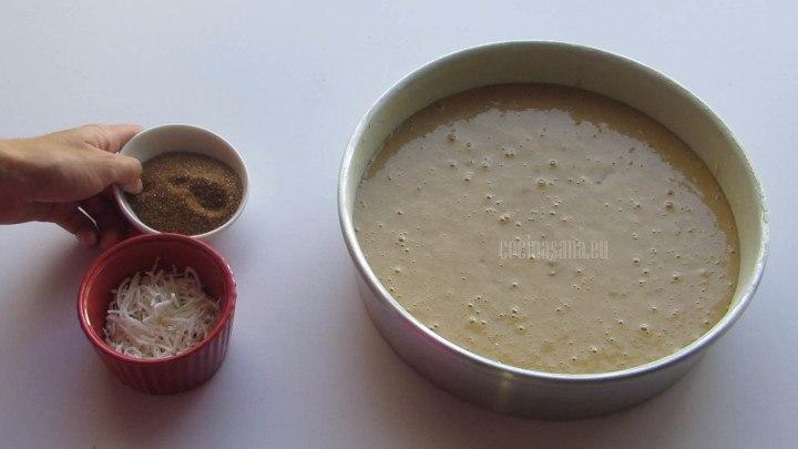 Colocar en el Molde la mezcla del bizcocho y añadir azúcar y coco encima