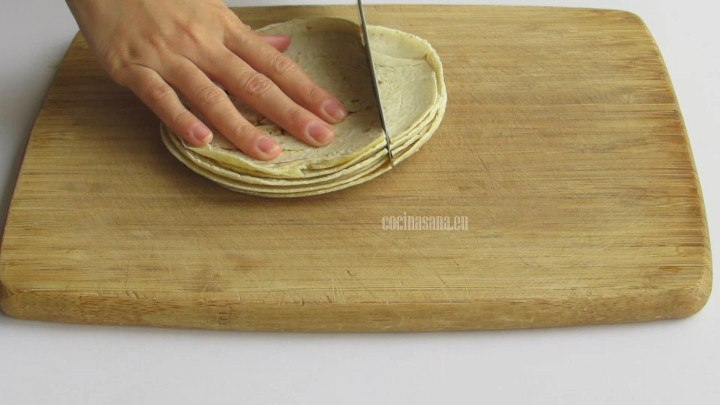 Cortar las Tortillas en tiras o cuadro para preparar los chilaquiles