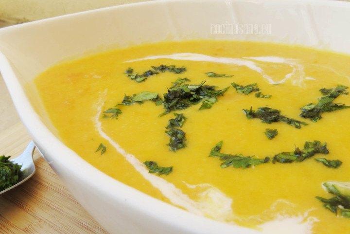 Crema de Zanahoria servida con un poco de crema y cilantro