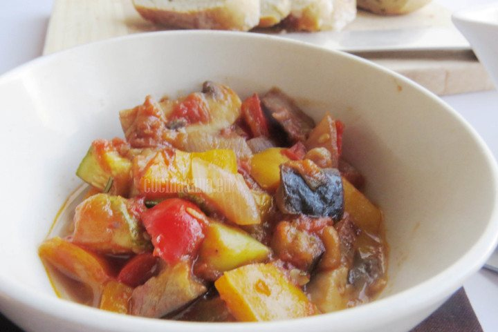 Pisto con champiñones, berenjena, tomate y pimeintos