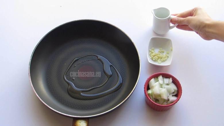 Saltear la Cebolla y el ajo hasta acitronar