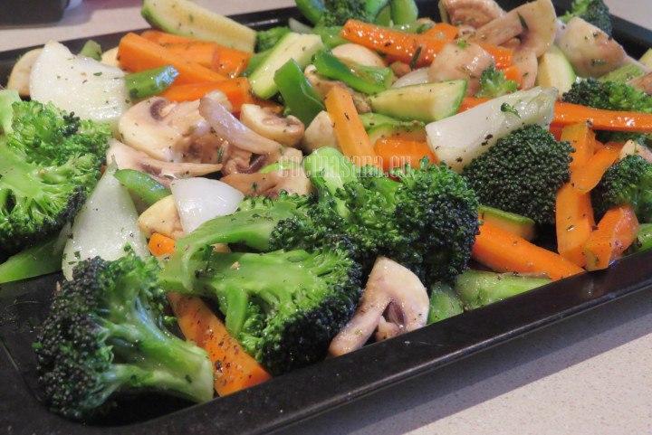 Depositar en la charola las verduras extendiendo para se horneen más uniformemente