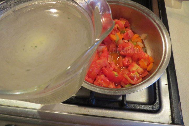 Agregar el Consomé de pollo o de verduras a los tomates