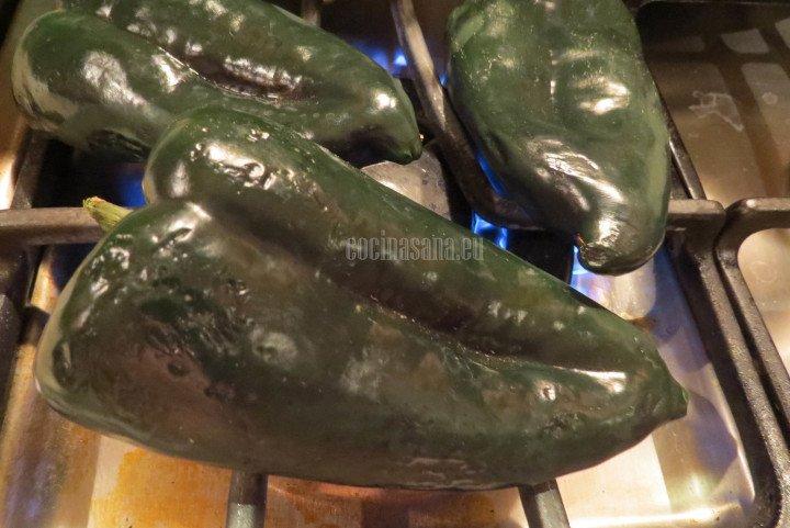 Asar los chiles sobre la estufa o en el horno para retirar la piel