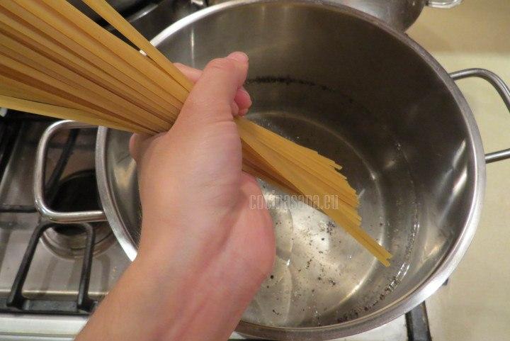 Cocinar la Pasta unos cuantos minutos en agua hirviendo hasta que esté al dente