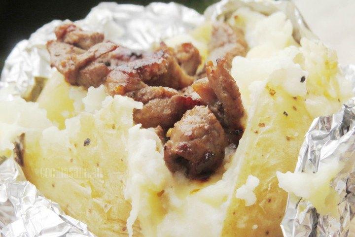 Papas al Horno servidas con aderezos y carne perfectas para una comida en familia