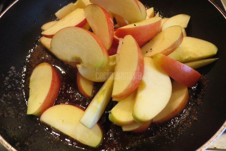 Agregar la manzana cortada en gajos o cuartos según lo prefieras