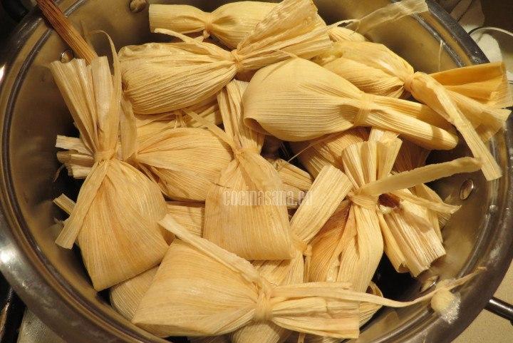 Se cocina al Vapor los tamales de piña están listos cuando pueden desprenderse de la hoja