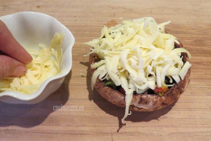 Añadir el Queso a los hongos portobello sobre el relleno