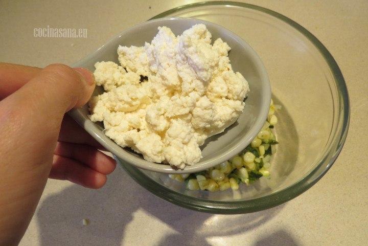 Agregar el requeson a la mezcla que salteamos previamente