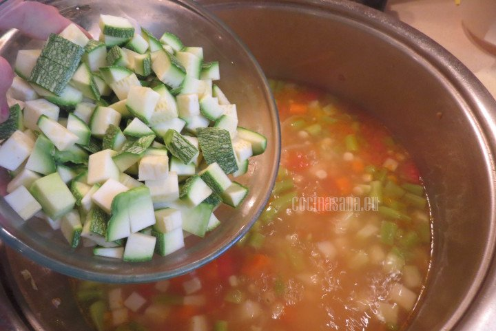 Añadir el calabacín a la sopa y esperar a que se suavice y esté listo
