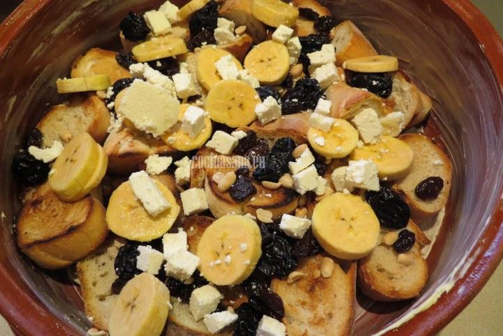 Añadir el Plátano y el queso picado finamente
