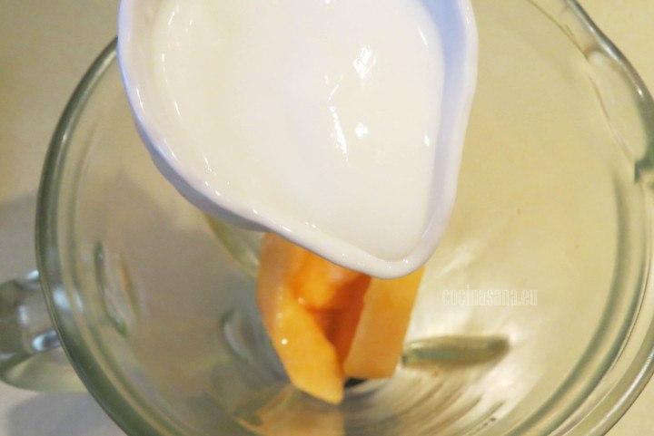 Añadir el Yogur a la preparación, el yogur puede ser light o regular e incluso el yogur griego es una gran opción para un batido extra cremoso.