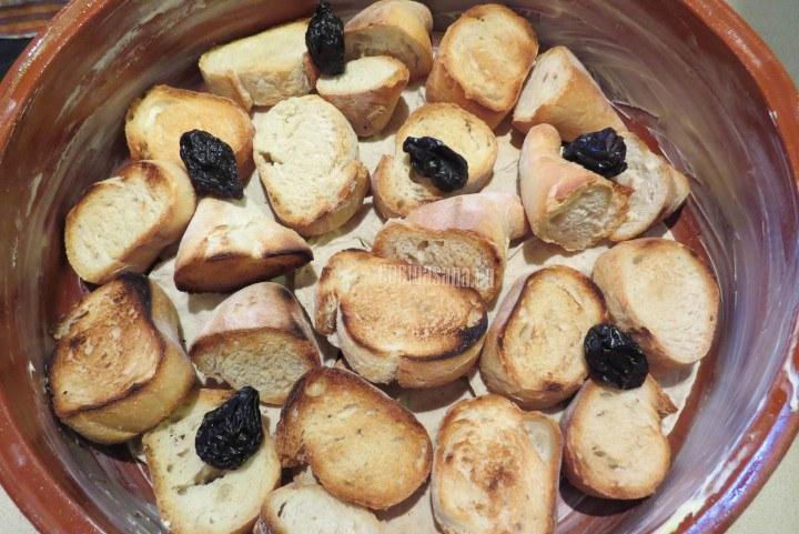 Colocar el pan en el molde colocando en capas con el resto de los ingredientes