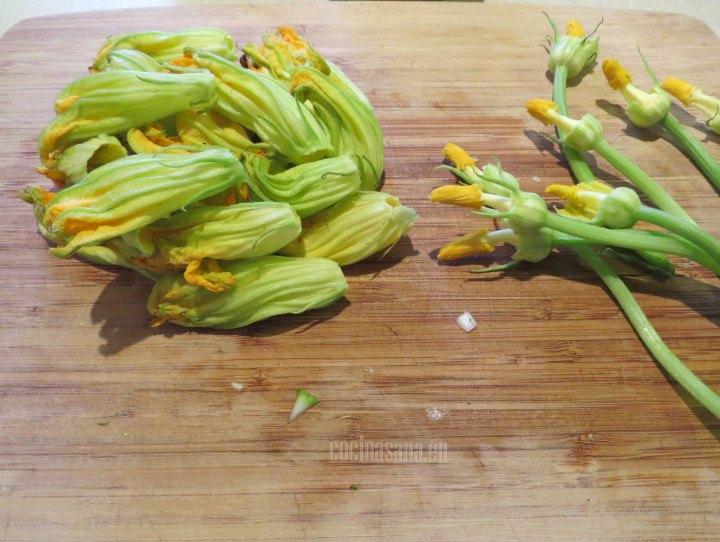 Limpiar la flor de calabaza retirando los tallos y los pistilos
