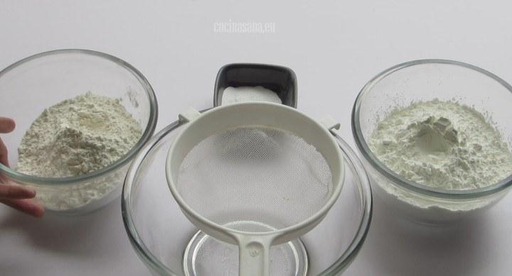 Tamizar o cernir los ingredientes secos y mezclar con la ayuda de una cuchara