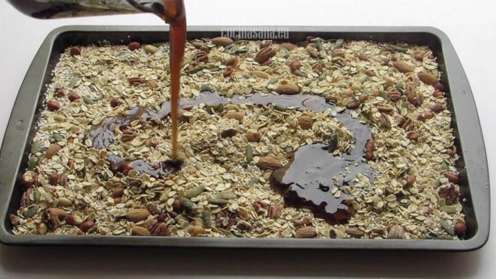 Agregar la Miel a la granola y mezclar hasta bañar todos los ingredientes