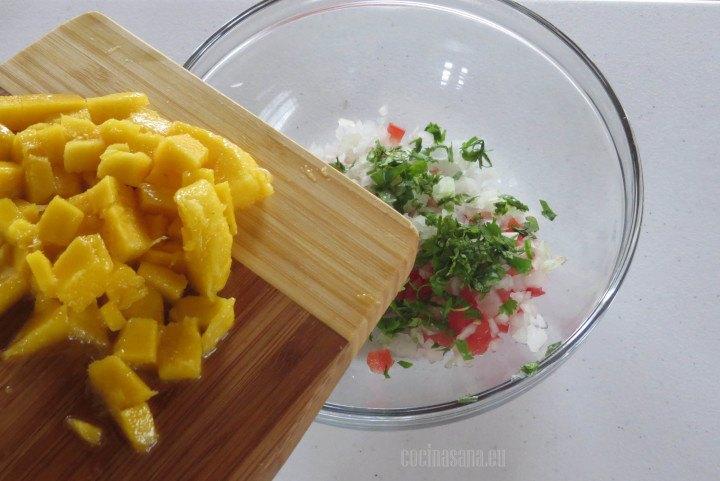 Añadir el mango picado a la salsa de aguacate