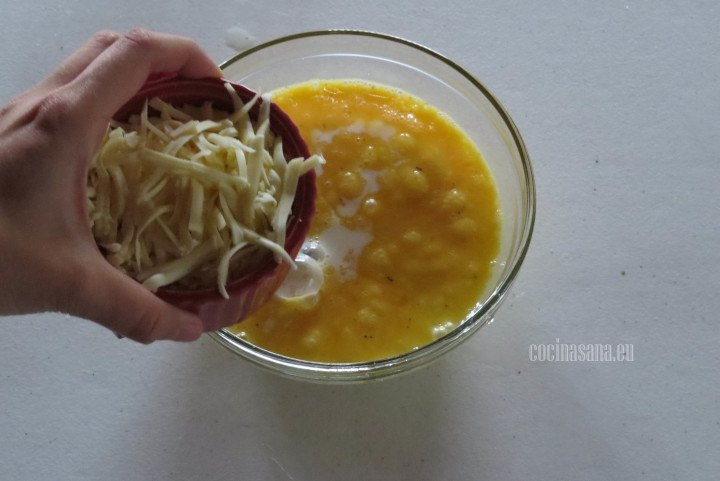 Añadir el Queso a la mezcla de Huevo