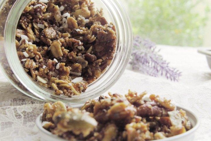 Granola casera preparada con avena y distintas nueces