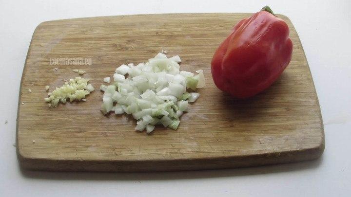 Cortar la Cebolla y los pimientos en trozos muy finos