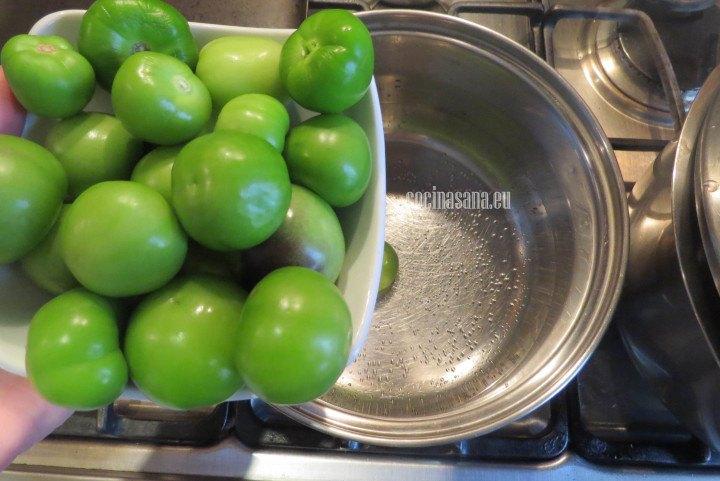 Añadir el tomatillo a la olla para cocinarlos justo hasta que cambien de color