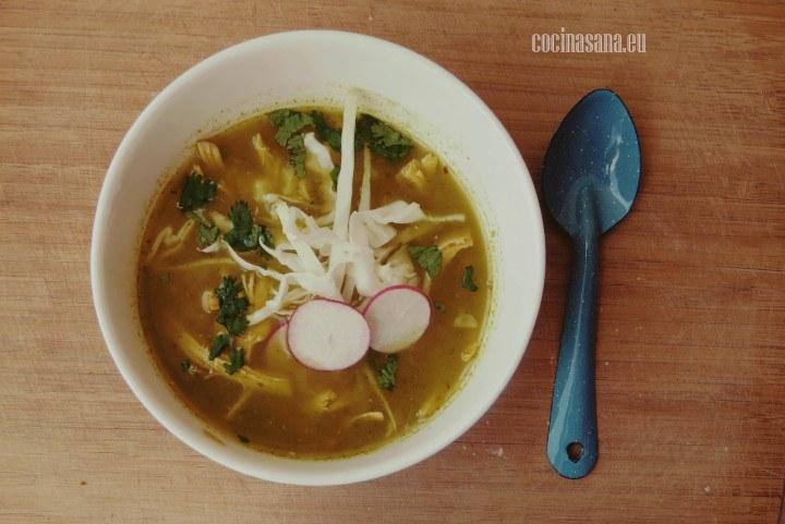 Pozolillo verde preparado servido con repollo o col, rábano y cilantro