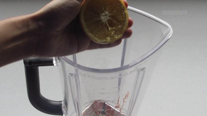 Agregar el Jugo de Naranja al achiote y licuar hasta obtener una mezcla homogenea