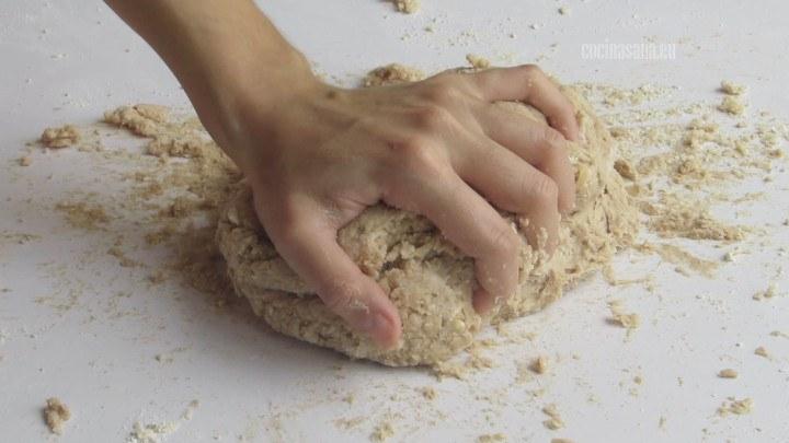 Amasar todos los ingredientes hasta tener una masa lisa y que sea muy elástica